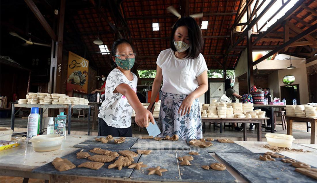 Pengunjung melihat-lihat keramik dari tanah liat di workshop Rumah Keramik F. Widayanto Beji, Depok, Kamis (6/8). Selain belajar, pengunjung juga dapat melihat hasil karya seni keramik seperti mozaik, patung, lukisan, vas dan hasil buatan para pengunjung lain. Foto: Ricardo - JPNN.com