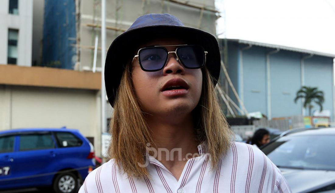 Musisi Dul Jaelani usai menghadiri acara di stasiun TV swasta, Jakarta, Jumat (7/8). Ditanya memilih Amanda Caesa atau Tiara Idol, Dul marah karena wanita bukan pilihan atau objek lho. Foto: Ricardo - JPNN.com