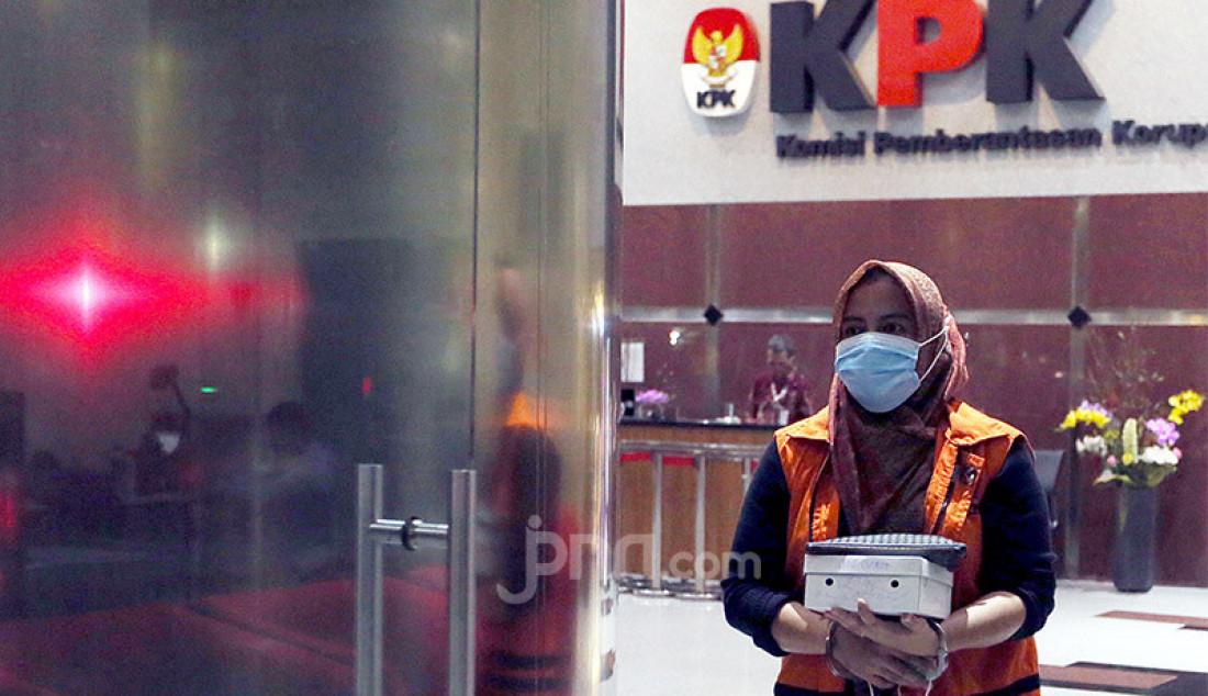 Tersangka kontraktor penyuap Adithya Maharani menjalani pemeriksaan lanjutan, di Gedung KPK, Jakarta, Jumat (7/8). Bersama rekannya Deky Aryanto yang juga sesama kontraktor, Adithya Maharani, menyuap Bupati Kutai Timur (nonaktif) Ismunandar dan sejumlah pejabat Kutai Timur (Kutim), sebagai fee untuk mengamankan penunjukkan pemenang terkait pekerjaan proyek di Dinas Pendidikan dan Pekerjaan Umum di Kabupaten Kutim 2019/2020. Foto: Ricardo - JPNN.com