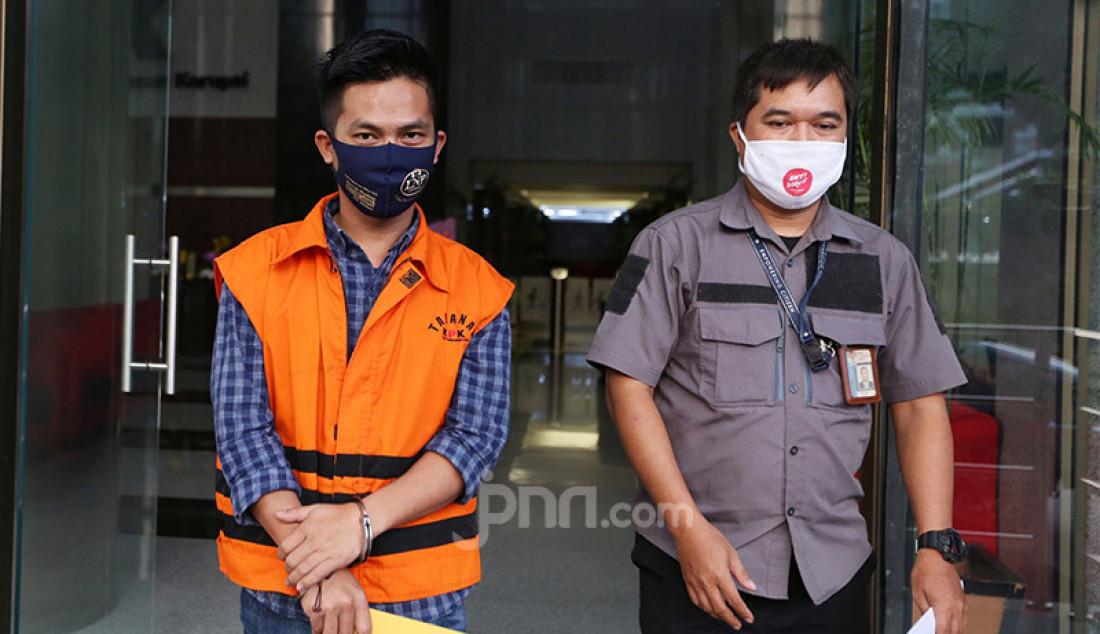 Tersangka kontraktor penyuap Deky Aryanto menjalani pemeriksaan lanjutan di Gedung KPK, Jakarta, Jumat (7/8). Bersama Adithya Maharani yang juga sesama kontraktor, Deky Aryanto, menyuap Bupati Kutai Timur (nonaktif) Ismunandar dan sejumlah pejabat Kutai Timur (Kutim), sebagai fee untuk mengamankan penunjukkan pemenang proyek di Dinas Pendidikan dan Pekerjaan Umum di Kabupaten Kutim 2019/2020. Foto: Ricardo - JPNN.com