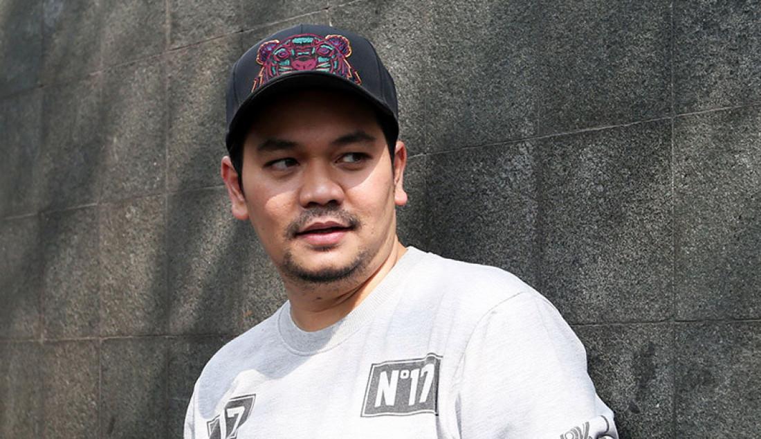 Presenter Indra Bekti usai menghadiri acara di stasiun TV swasta, Jakarta, Kamis (13/8). Indra Bekti berencana menambah momongan dengan proses alami tidak menggunakan proses bayi tabung. Foto: Ricardo - JPNN.com