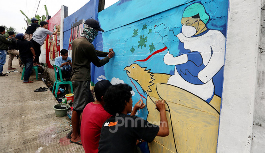 Warga membuat mural di Desa Cihideung Udik, Ciampea, Kabupaten Bogor, Jumat (14/8). Untuk menyambut HUT ke-75 Kemerdekaan RI, sejumlah warga menghiasi daerahnya masing-masing. Foto: Ricardo - JPNN.com
