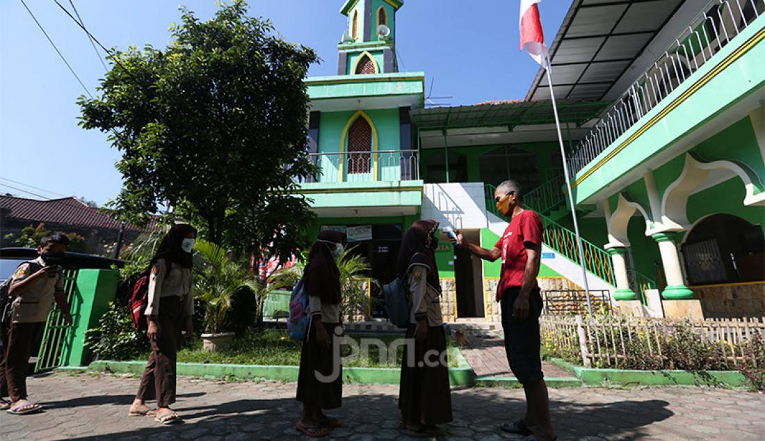Siswa SD dan SMP di Kota Bogor saat tiba di Masjid Al-Muhajirin, Perumnas Bantar Kemang, kota Bogor, untuk belajar daring, Selasa (25/8). Dewan Kemakmuran Masjid (DKM) Al-Muhajirin menyediakan fasilitas internet gratis untuk membantu siswa melakukan PJJ secara daring karena banyak orang tua siswa yang tidak mampu membeli paket kuota internet akibat terdampak pandemi COVID-19. Foto: Ricardo - JPNN.com