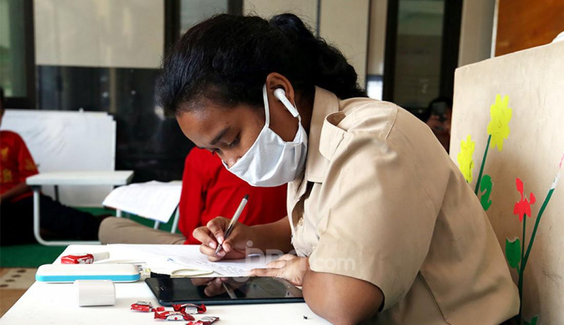 Siswa SD dan SMP di Kota Bogor melakukan Pembelajaran Jarak Jauh (PJJ) secara daring di Masjid Al-Muhajirin, Perumnas Bantar Kemang, Bogor, Selasa (25/8). Dewan Kemakmuran Masjid (DKM) Al-Muhajirin menyediakan fasilitas internet gratis untuk membantu siswa melakukan PJJ secara daring karena banyak orang tua siswa yang tidak mampu membeli paket kuota internet akibat terdampak pandemi COVID-19. Foto: Ricardo - JPNN.com