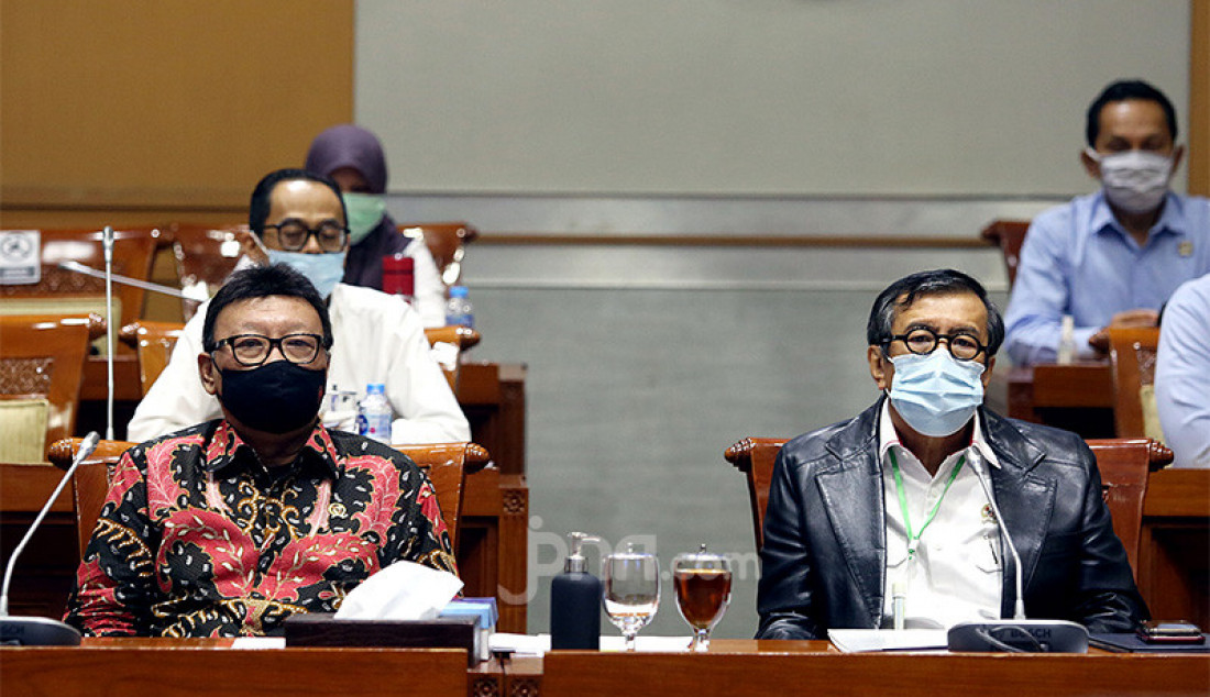 Menkumham Yasonna Laoly dan Menpan RB Tjahjo Kumolo mengikuti rapat pengambilan keputusan tingkat I RUU tentang perubahan ketiga atas UU No 24 Tahun 2003 tentang MK dengan Komisi III DPR, Jakarta, Senin (31/8). Rapat membahas Penandatanganan Naskah RUU tentang MK dan pengambilan keputusan untuk melanjutkan pada Pembicaraan Tk, Il/Rapat Paripurna. Foto: Ricardo - JPNN.com