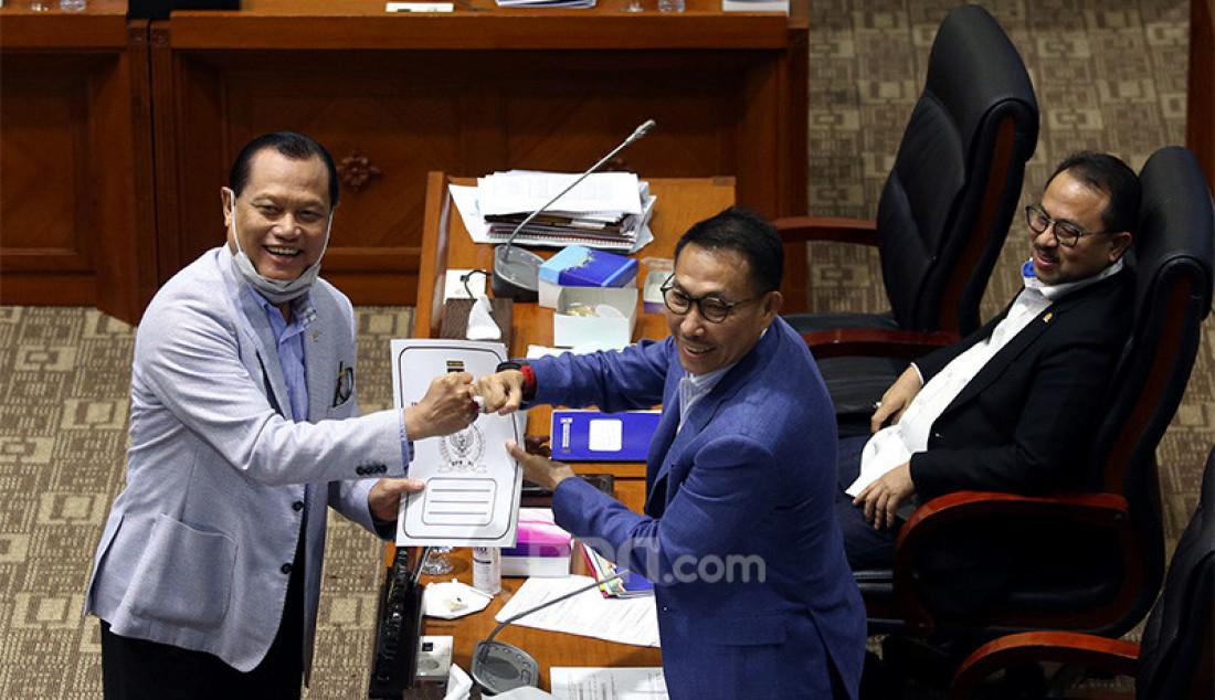 Anggota Komisi III DPR Adang Daradjatun memberikan laporan pendapat mini Fraksi PKS kepada Ketua Komisi III DPR Herman Herry pada rapat pengambilan keputusan tingkat I RUU tentang perubahan ketiga atas UU No 24 Tahun 2003 tentang MK dengan Menkumham, Menpan-RB dan Menkeu, Jakarta, Senin (31/8). Rapat membahas Penandatanganan Naskah RUU tentang MK dan pengambilan keputusan untuk melanjutkan pada Pembicaraan Tk, Il/Rapat Paripurna. Foto: Ricardo - JPNN.com