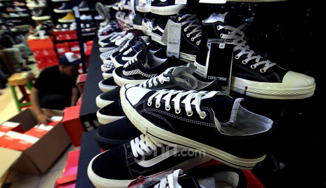 Pegawai menata sepatu impor dari Vietnam dan China yang dipajang di salah satu toko sepatu, Jakarta, Rabu (2/9). Kementerian Perdagangan menerbitkan Peraturan Menteri Perdagangan (Permendag) Nomor 68 Tahun 2020 untuk menekan laju impor alas kaki dan barang konsumsi lainnya yang meningkat sebesar 50,64 persen pada Mei hingga Juni tahun 2020. Foto: Ricardo - JPNN.com