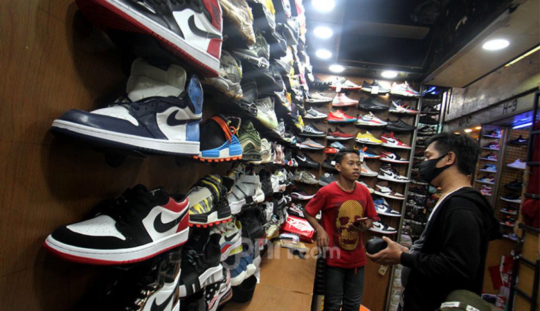 Pengunjung saat melihat-lihat sepatu impor dari Vietnam dan China yang dipajang di salah satu toko sepatu, Jakarta, Rabu (2/9). Kementerian Perdagangan menerbitkan Peraturan Menteri Perdagangan (Permendag) Nomor 68 Tahun 2020 untuk menekan laju impor alas kaki dan barang konsumsi lainnya yang meningkat sebesar 50,64 persen pada Mei hingga Juni tahun 2020. Foto: Ricardo - JPNN.com