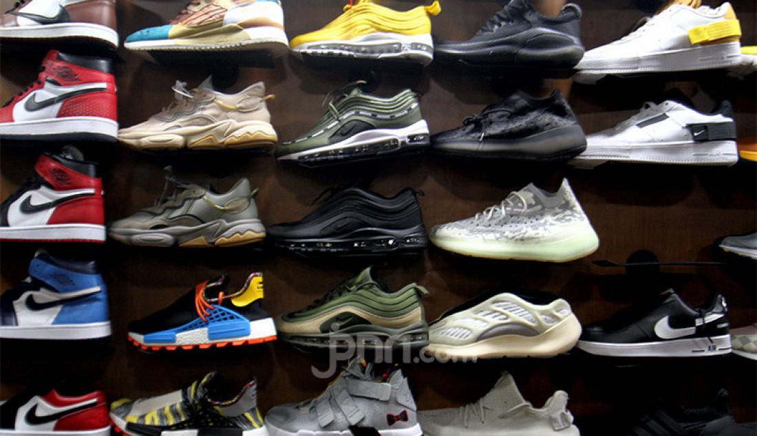 Sepatu impor dari Vietnam dan China yang dipajang di salah satu toko sepatu, Jakarta, Rabu (2/9). Kementerian Perdagangan menerbitkan Peraturan Menteri Perdagangan (Permendag) Nomor 68 Tahun 2020 untuk menekan laju impor alas kaki dan barang konsumsi lainnya yang meningkat sebesar 50,64 persen pada Mei hingga Juni tahun 2020. Foto: Ricardo - JPNN.com