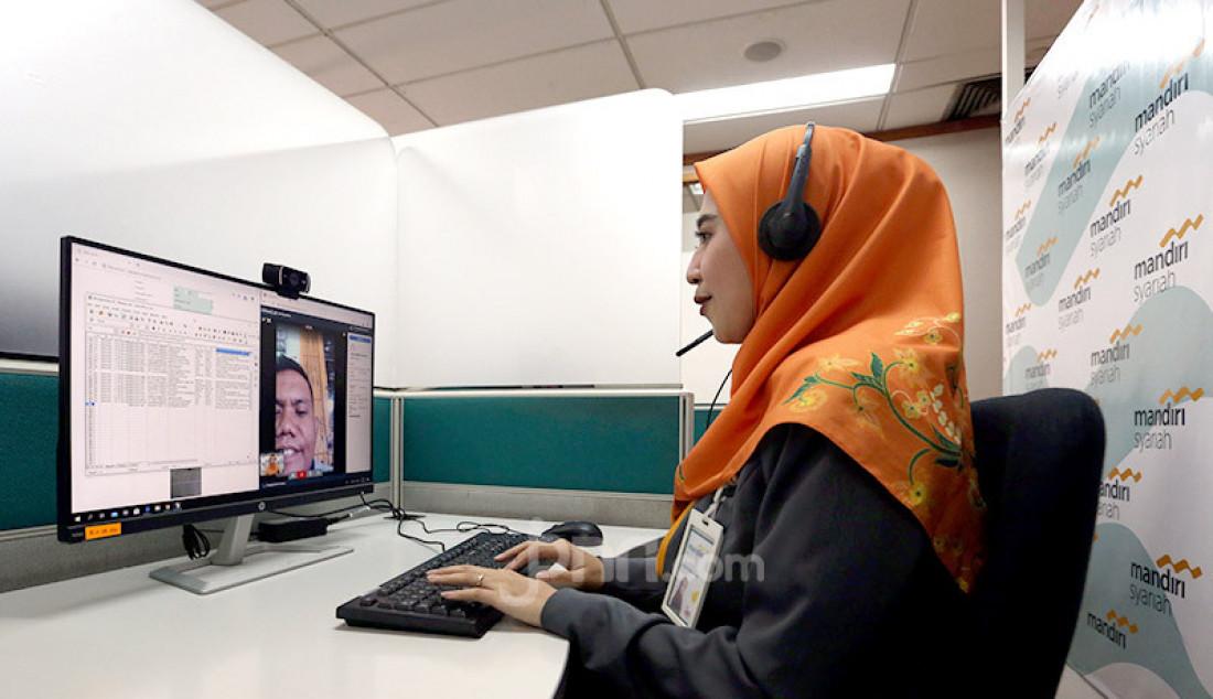 Pegawai Mandiri Syariah tengah melayani nasabah membuka rekening baru secara online pada Hari Pelanggan Nasional 2020 di digital branch Wisma Mandiri, Thamrin, Jakarta, (3/9). Foto: Ricardo - JPNN.com