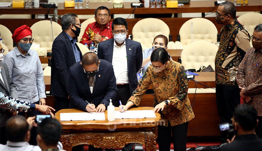 Menkeu Sri Mulyani dan Komisi XI DPR bersama-sama menandatangani hasil pembahasan RUU tentang Bea Meterai di Kompleks Parlemen Senayan, Jakarta, Kamis (3/9). Foto: Ricardo - JPNN.com