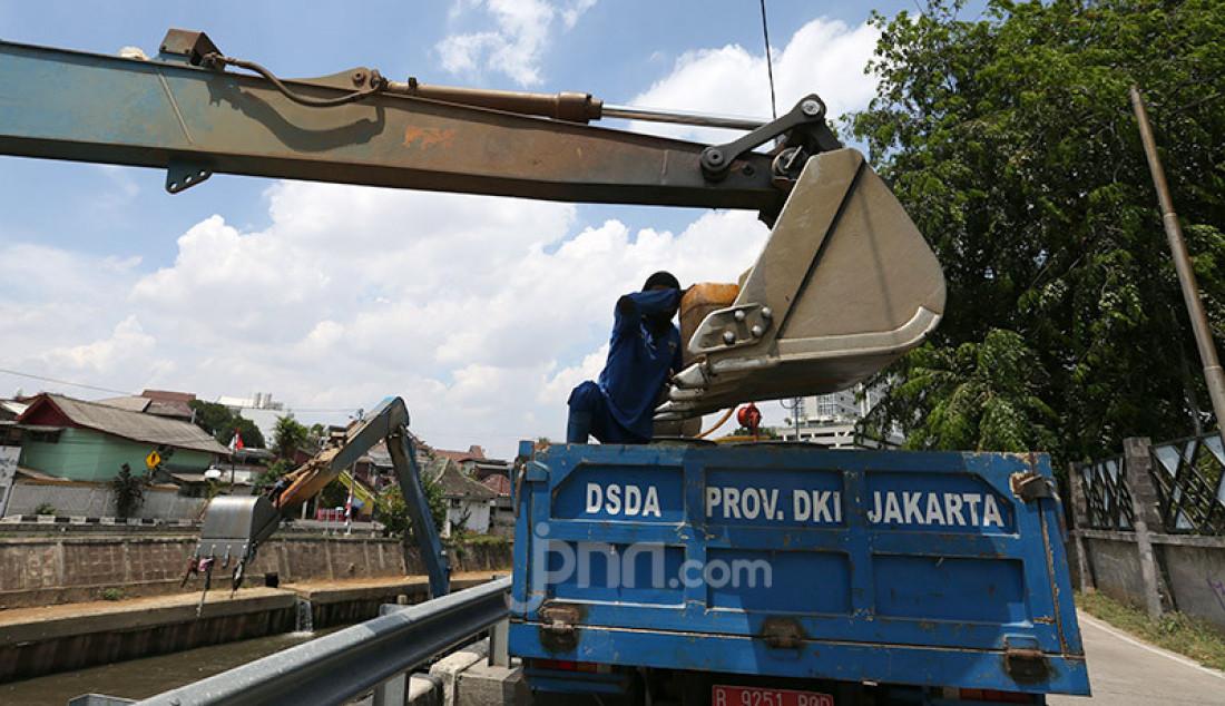 Alat berat melakukan pembersihan dan pendalaman di Sungai Cilwung, Jakarta, Jumat (4/9). Pemerintah Provinsi DKI Jakarta melalui program Gerebek Lumpur yang dikerjakan secara bertahap mulai tahun ini hingga 2021, menargetkan pengangkatan lumpur di semua sungai di Jakarta supaya lebih banyak lagi debit air yang tertampung. Foto: Ricardo - JPNN.com