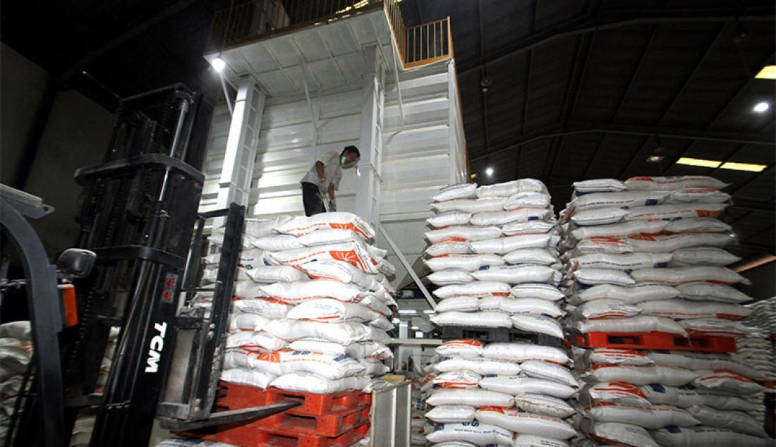 Pekerja menyusun karung-karung beras di gudang Badan Urusan Logistik (Bulog), Jakarta, Senin (7/9). Hingga awal September 2020, pengadaan beras dan gabah Perum Bulog telah mencapai 931.577 ton. Jumlah serapan beras ini mencapai sekitar 66,5% dari target pengadaan Bulog 2020 sebesar 1,4 juta ton. Foto: Ricardo - JPNN.com