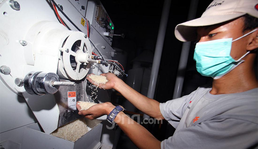 Pekerja melakukan pengemasan beras di gudang Badan Urusan Logistik (Bulog), Jakarta, Senin (7/9). Hingga awal September 2020, pengadaan beras dan gabah Perum Bulog telah mencapai 931.577 ton. Jumlah serapan beras ini mencapai sekitar 66,5% dari target pengadaan Bulog 2020 sebesar 1,4 juta ton. Foto: Ricardo - JPNN.com