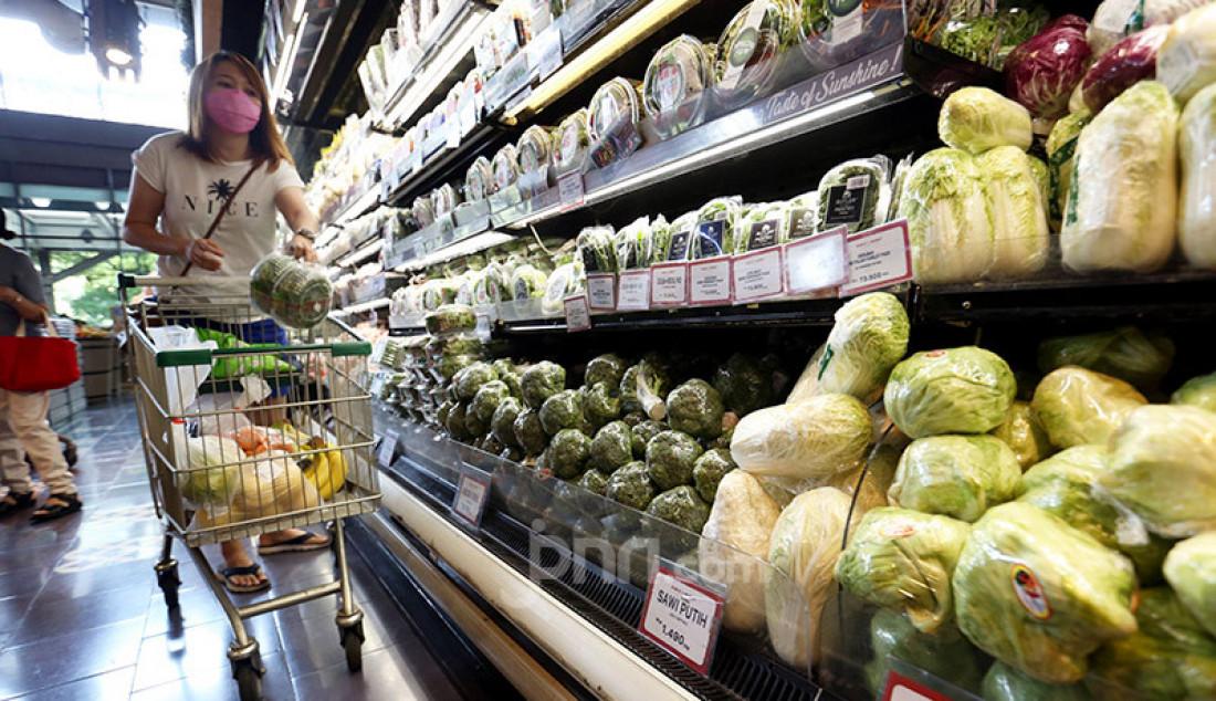 Pengunjung saat memilih sayur-sayuran organik di Ranch Market, Jakarta, Selasa (8/9). Pada masa pandemi ini PT Supra Boga Lestari (RANC) berencana membuka gerai Ranch Market di empat mal yang dikelola PT Lippo Malls Indonesia. Foto: Ricardo - JPNN.com