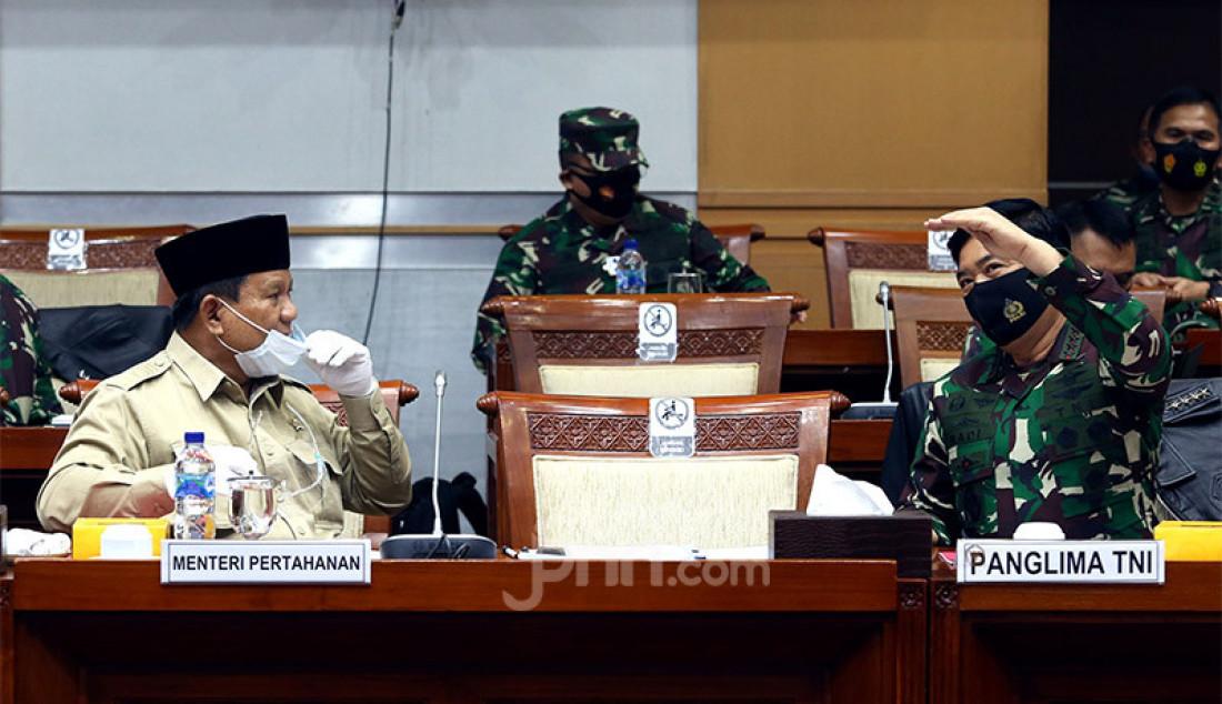Menhan Prabowo Subianto dan Panglima TNI Marsekal Hadi Tjahjanto mengikuti rapat kerja dengan Komisi I DPR, Jakarta, Rabu (9/9). Rapat ini membahas RKA – KL Kemhan/TNI TA 2021. Foto: Ricardo - JPNN.com