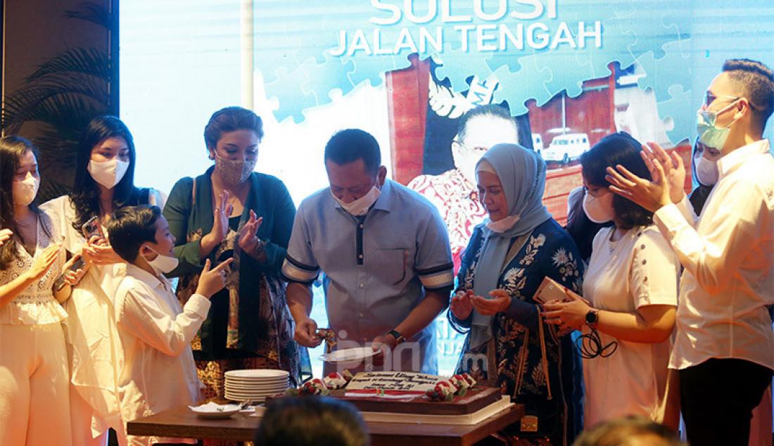 Ketua MPR Bambang Soesatyo (Bamsoet) memotong kue pada perayaan ulang tahunnya yang ke-58 di Jakarta, Kamis (10/9) yang dibarengi dengan peluncuran dua buku berjudul 'Solusi Jalan Tengah' dan 'Jurus Empat Pilar' hasil karyanya. Foto: Ricardo - JPNN.com