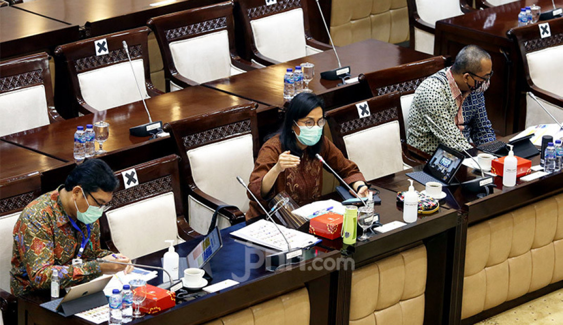 Menteri Keuangan Sri Mulyani Indrawati mengikuti rapat kerja dengan Komisi XI DPR di Kompleks Parlemen Senayan, Jakarta, Selasa (15/9). Agenda rapat itu ialah pengambilan keputusan Rencana Kerja dan Anggaran Kementerian Keuangan dalam RAPBN 2021 sebesar Rp 43,3 triliun. Foto: Ricardo - JPNN.com