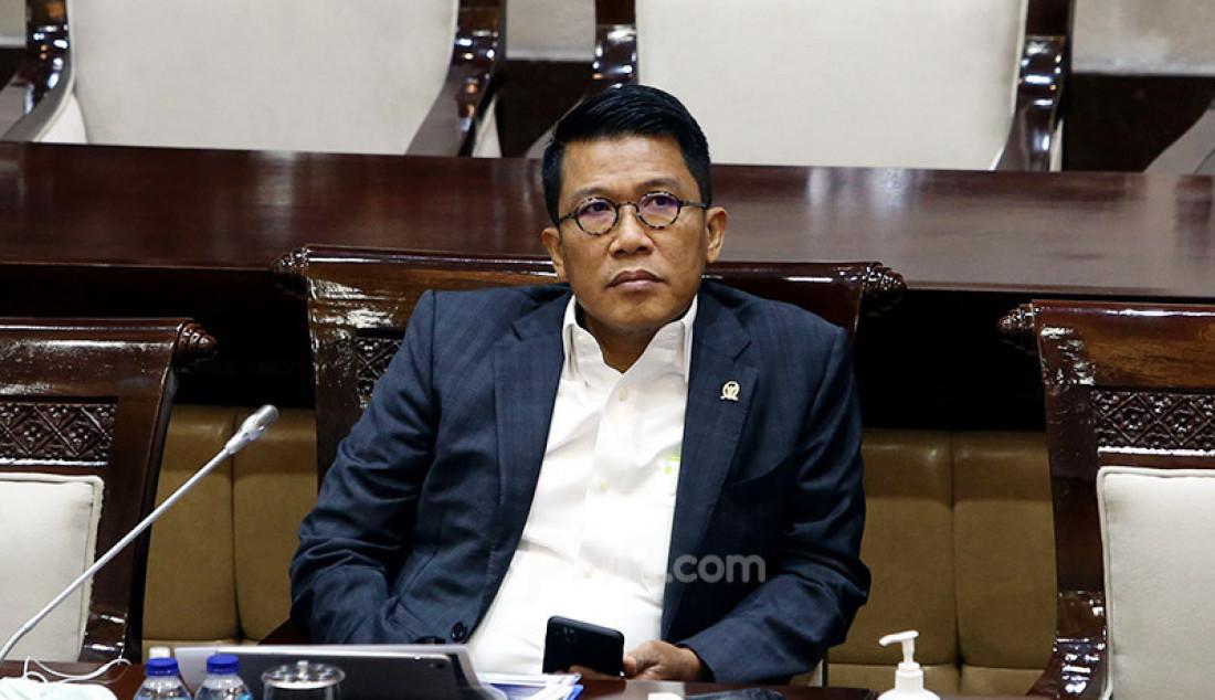 Anggota Komisi XI DPR Misbakhun mendengarkan paparan Menkeu Sri Mulyani saat rapat kerja di Kompleks Parlemen Senayan, Jakarta, Selasa (15/9). Agenda rapat itu ialah pengambilan keputusan Rencana Kerja dan Anggaran Kementerian Keuangan dalam RAPBN 2021 sebesar Rp 43,3 triliun. Foto: Ricardo - JPNN.com