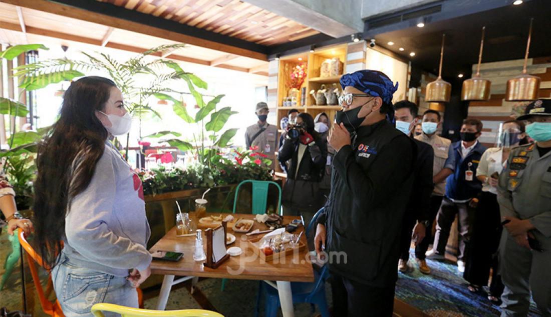 Wali Kota Bogor Bima Arya bersama tim pengawas Covid-19 menginspeksi sebuah restoran di Kota Bogor, Jawa Barat, Rabu (16/9). Inpeksi tersebut untuk memastikan penerapan protokol kesehatan pencegahan Covid-19 di Kota Bogor berjalan di lapangan. Foto: Ricardo - JPNN.com