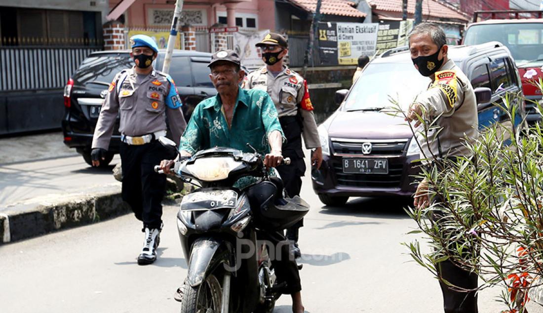 Warga saat terjaring razia Masker di Kawasan Gandul, Depok, Jawa Barat, Rabu (16/9). Razia ini untuk menertibkan sekaligus memberi efek jera kepada masyarakat agar lebih mematuhi protokol kesehatan. Foto: Ricardo - JPNN.com