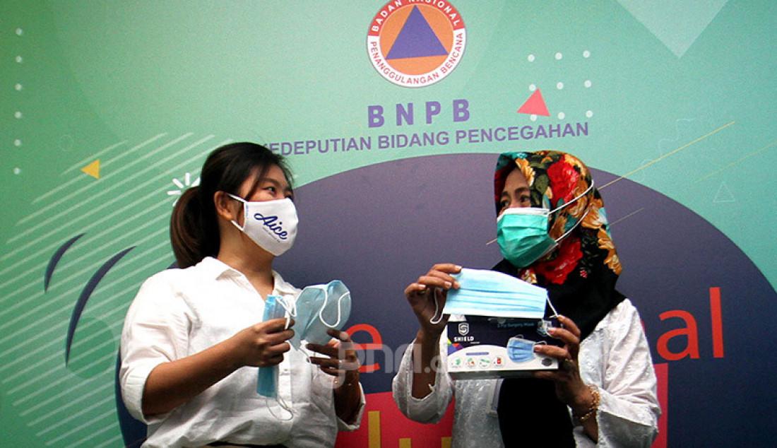 Brand Manager Aice Group Sylvana Zhong (kiri) dan Direktur Kesiapsiagaan BNPB Eny Supartini saat berbincang usai penyerahan masker bantuan di Jakarta, Rabu (16/9). Penyerahan donasi masker tersebut sebagai penanda persiapan Kampanye Sejuta Masker untuk Indonesia oleh Aice Group dan GP Ansor. Foto: Ricardo - JPNN.com