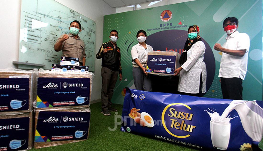 Brand Manager Aice Group Sylvana Zhong (ketiga dari kiri) menyerahkan bantuan masker kepada Direktur Kesiapsiagaan BNPB Eny Supartini (kedua kanan) di Jakarta, Rabu (16/9). Penyerahan donasi masker tersebut sebagai penanda persiapan Kampanye Sejuta Masker untuk Indonesia oleh Aice Group dan GP Ansor. Foto: Ricardo - JPNN.com