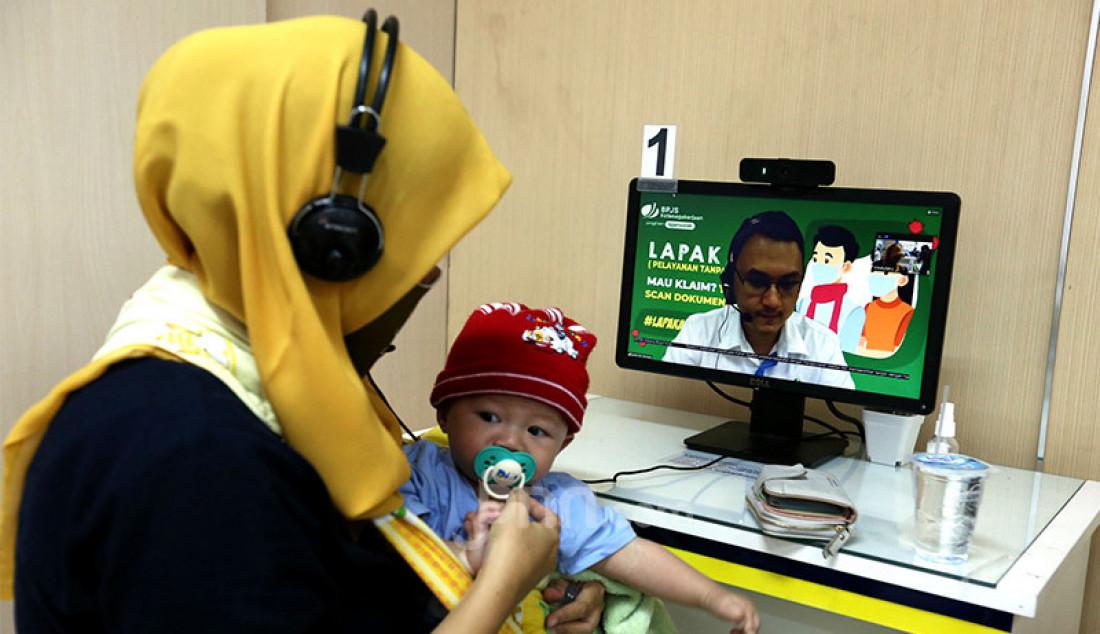 Peserta BPJamsostek menggunakan Layanan Tanpa Kontak Fisik (Lapak Asik) di Kantor Cabang BPJamsostek Kota Bogor, Jumat (18/7). Lapak Asik merupakan inovasi untuk mendukung usaha pemerintah dalam memutus rantai penyebaran virus Covid-19 melalui menerapkan protokol kesehatan yang lebih ketat. Foto: Ricardo - JPNN.com