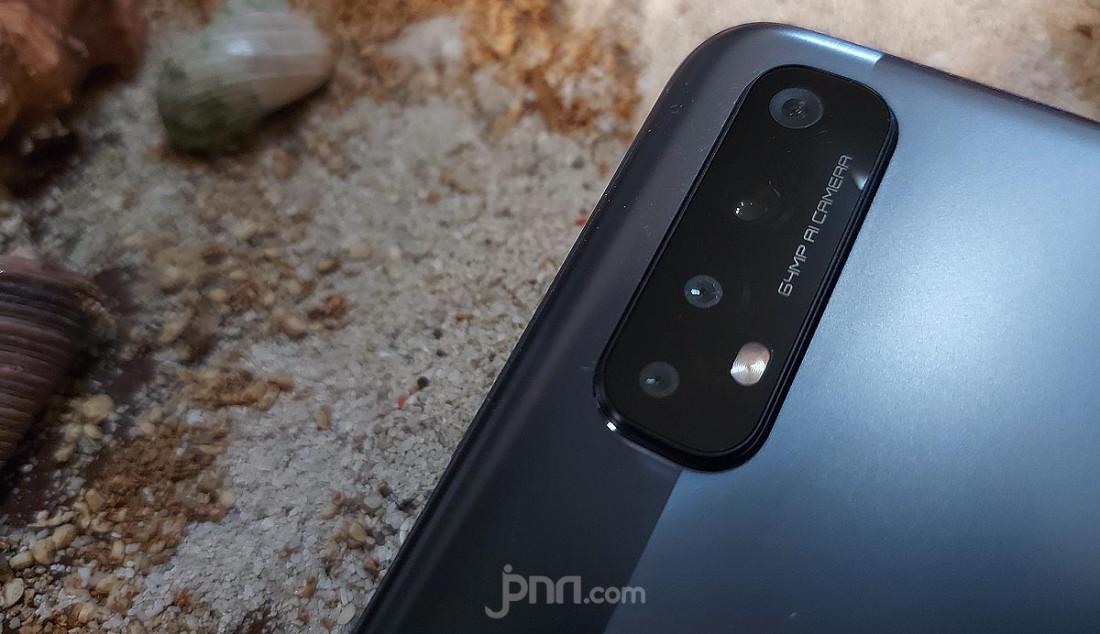 Realme 7 dipasangkan empat kamera di bagian belakang dengan sensor Sony IMX682. Konfigurasinya mencakup kamera utama 64MP, ultrawide 8MP, makro 2MP dan B&W 2MP. Kemampuan itu didukung fitur cerdas seperti Mode AI, Pro, Nightscape, dan Starry yang memungkinkan mendapatkan gambar langit malam dengan keindahan kerlip bintang ala fotografer profesional. Foto: Rasyid Ridha - JPNN.com