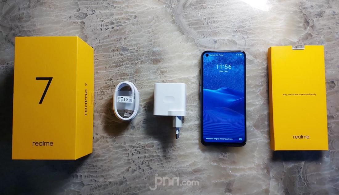 Realme 7 dibekali baterai besar 5000mAh dan lima lapis perlindungan. Diklaim bisa siaga selama 1 bulan, 48 jam telepon, 81 jam mendengarkan musik dan 9 jam bermain gim. Dilengkapi juga 30W Dart Charge yang dapat mengisi 100% dalam 65 menit. Foto: Rasyid Ridha - JPNN.com