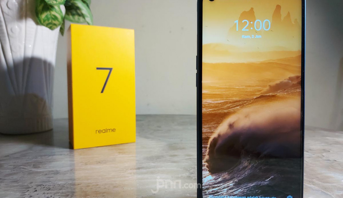 Mengusung tema Power Master, Realme 7 menerjemahkannya melalui performa chipset, kapasitas baterai besar dan pengisian daya cepat, 90Hz ultra smooth display, desain trendi, 64MP Sony quad camera, fitur NFC, dan kapasitas penyimpanan besar 8GB+12GB. Realme 7 menjadi ponsel pertama yang lulus Verifikasi Tahan Uji TUV Rheinland, yakni melewati 23 pengujian utama dan 72 pengujian kecil. Foto: Rasyid Ridha - JPNN.com