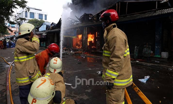 Pasar Cempaka Putih Diamuk Si Jago Merah - JPNN.com