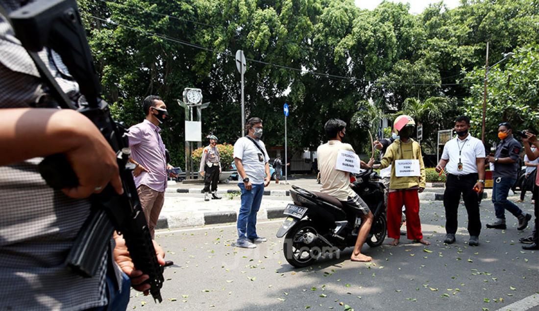 Petugas melakukan rekonstruksi kasus pembunuhan pada aksi tawuran di Jalan Wahid Hasyim Menteng Jakarta Pusat yang terjadi pada 23 Agustus 2020 lalu di Mapolsek Menteng, Jakarta, Kamis (24/9). Foto: Ricardo - JPNN.com