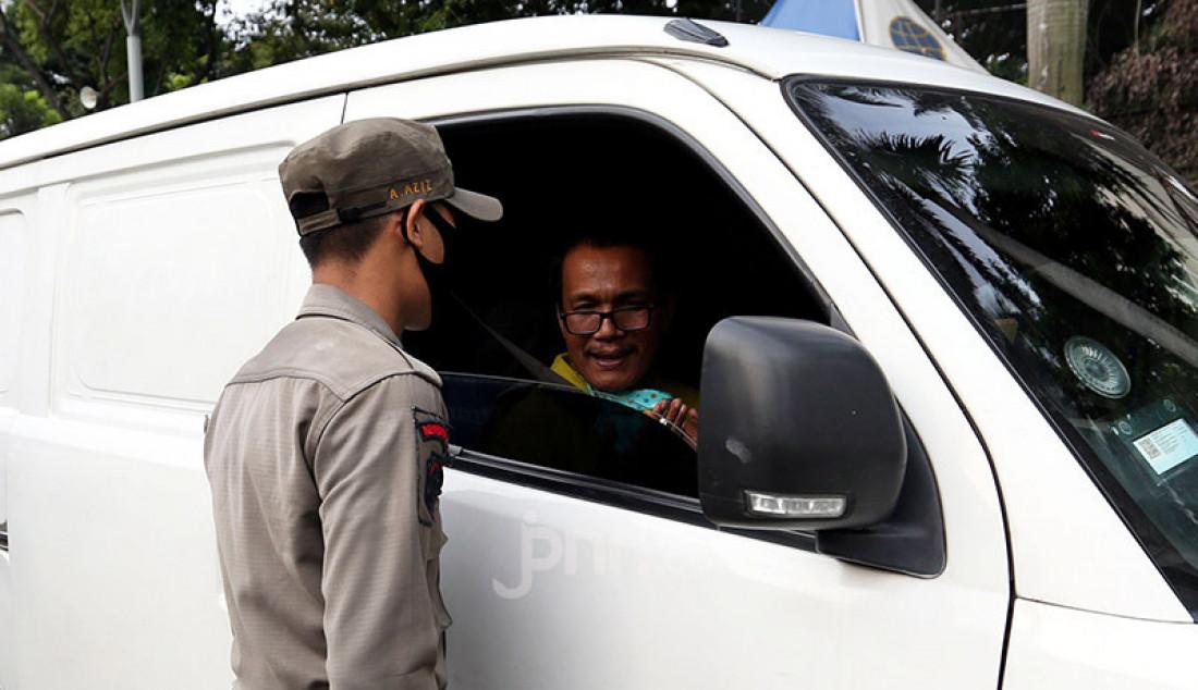 Petugas gabungan melakukan operasi yustisi protokol kesehatan di Bundaran HI, Jakarta, Jumat (25/9). Pemerintah Provinsi (Pemprov) DKI Jakarta kembali memperpanjang Pembatasan Sosial Berskala Besar (PSBB) Total selama dua pekan hingga 11 Oktober 2020. Foto: Ricardo - JPNN.com