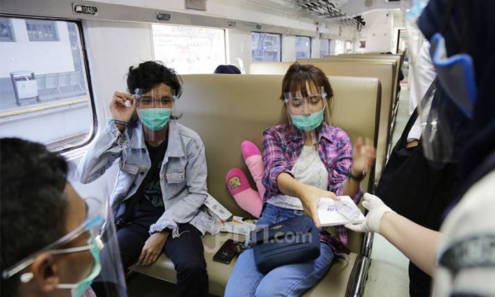 Rayakan HUT ke-75, PT KAI Bagi-bagi Masker dan Sanitizer - JPNN.com