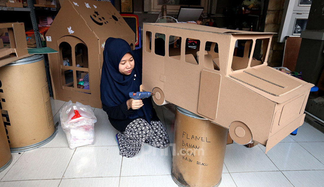Seorang perajin menyelesaikan pembuatan mainan dari kardus di Rumah Mainan Kardus, Depok, Jawa Barat, Selasa (29/9). Mainan berbahan baku kardus tersebut dijual dengan harga Rp 50 ribu - Rp250 ribu tergantung model dan tingkat kesulitan dalam membuatnya. Foto: Ricardo - JPNN.com
