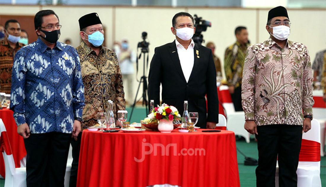 Ketua BPK Agung Firman Sampurna (paling kiri) bersama Ketua DPD Lanyalla Mahmud Mattalitti (berpeci), Ketua MPR Bambang Soesatyo (mengenakan jas) dan Wakil Ketua MPR Jazilul Fawaid (paling kanan) saat menghadiri acara perayaan ulang tahun ke-16 DPD RI di Gedung Nusantara IV, Kompleks Parlemen Senayan, Jakarta, Kamis (1/10). Foto: Ricardo - JPNN.com