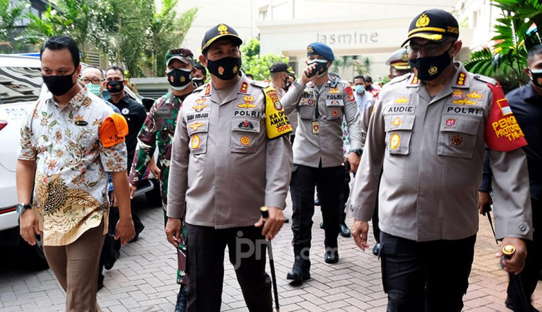 Kapolda Metro Jaya Irjen Nana Sujana (berdiri di tengah) meninjau Apartemen Mediterania Garden Residence 2 di Grogol Petamburan, Jakarta Barat, Kamis (1/10) dalam rangka peresmian Apartemen Bebas Covid-19 (ABC). Jajaran Polda Metro Jaya menginisiasi program ABC guna menyadarkan dan mendisiplinkan penghuni apartemen akan protokol kesehatan. Foto: Ricardo - JPNN.com