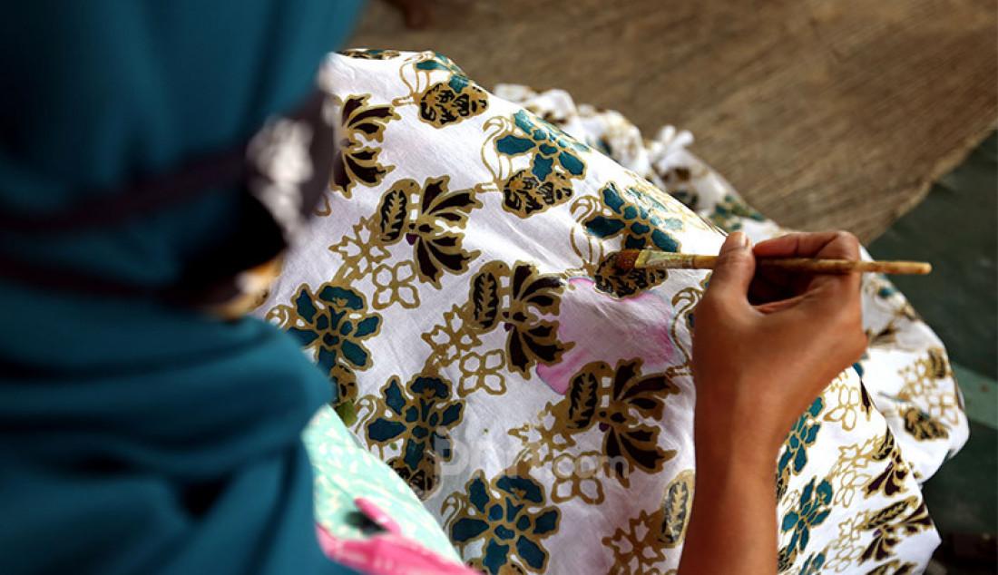 Perajin di Kampung Batik Cibuluh, Kecamatan Bogor Utara, Kota Bogor tengah membatik, Jumat (2/10). Mereka berupaya bertahan di tengah penurunan permintaan akibat pandemi Covid-19. Foto: Ricardo - JPNN.com