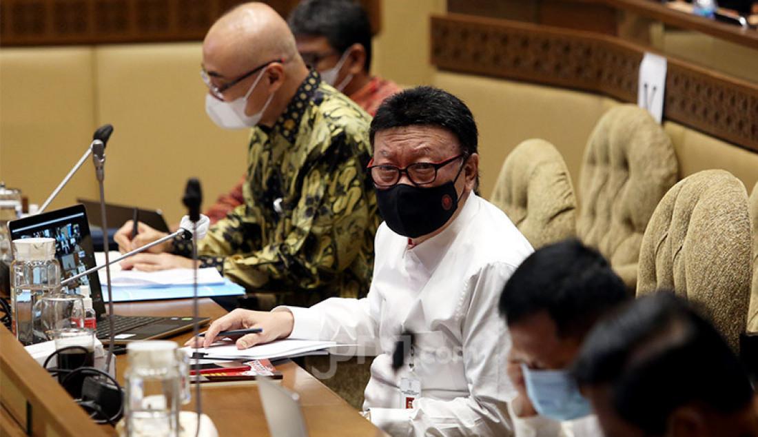 Kepala BKN Bima Haria Wibisana (berbaju batik) dan MenPAN RB Tjahjo Kumolo mengikuti rapat kerja Komisi II DPR di Jakarta, Senin (5/10). Rapat tersebut membahas evaluasi pelaksanaan seleksi CPNS 2019 di tengah pandemi Covid-19. Foto: Ricardo - JPNN.com