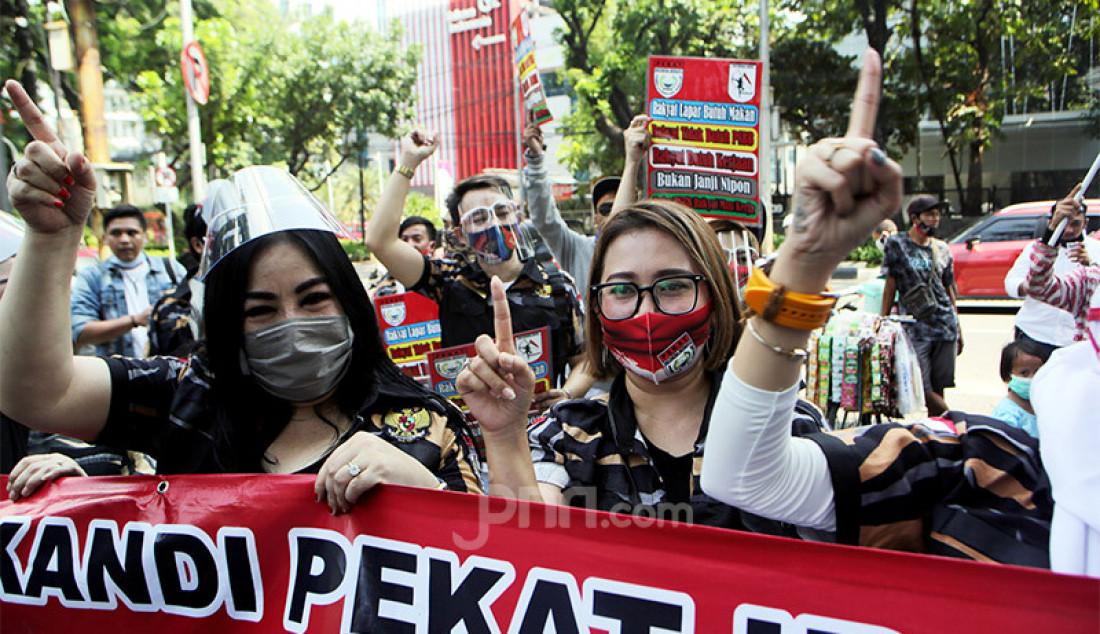 Sejumlah pekerja di bidang seni tempat hiburan malam melakukan aksi unjuk rasa di depan DPRD DKI Jakarta di Jakarta Pusat, Senin (5/10). Mereka menuntut Pemprov DKI Jakarta segera mengakhiri penerapan pembatasan sosial berskala besar (PSBB) dan mengizinkan tempat hiburan malam beroperasi lagi. Foto: Ricardo - JPNN.com