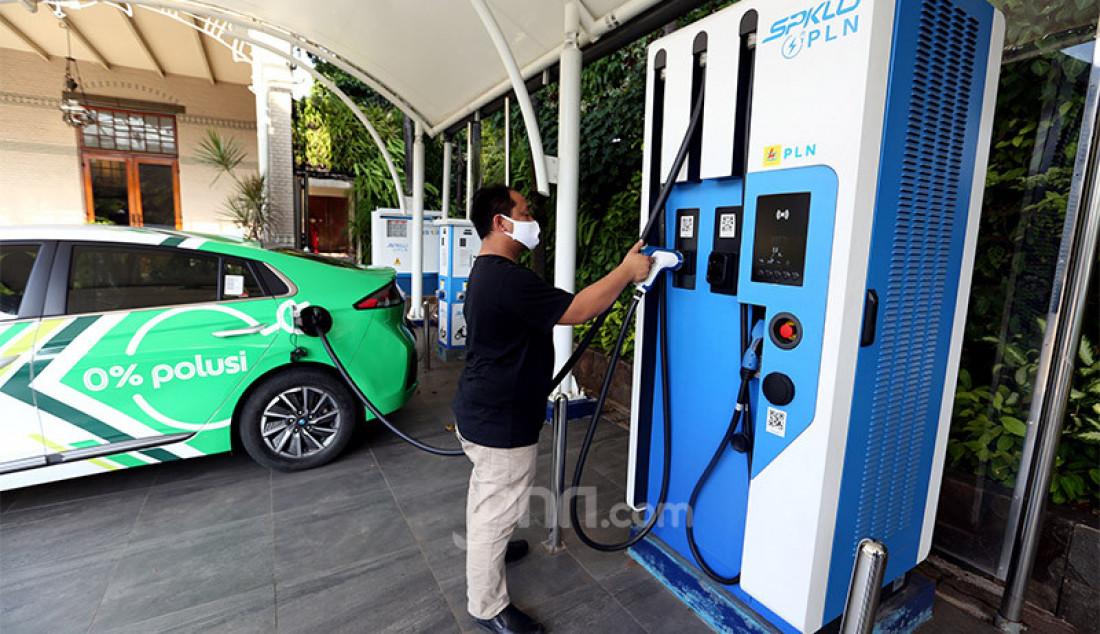 Seorang pengguna mobil listrik melakukan pengisian daya untuk kendaraannya di Stasiun Pengisian Kendaraan Listrik Umum, Jakarta, Senin (5/10). Foto: Ricardo - JPNN.com