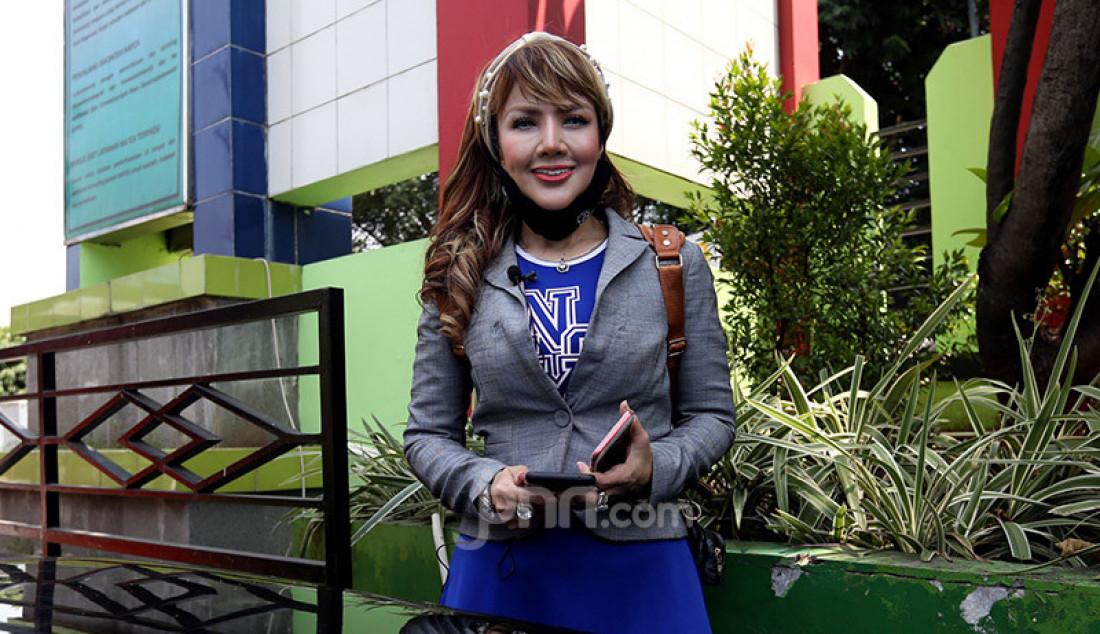 Selebritas Barbie Komalasari usai menjenguk sahabatnya di RSKO, Jakarta, Selasa (6/10). Kepada awak media, Barbie mengaku sudah memiliki kekasih berinisial D dan ingin segera menikah tahun depan. Foto: Ricardo - JPNN.com