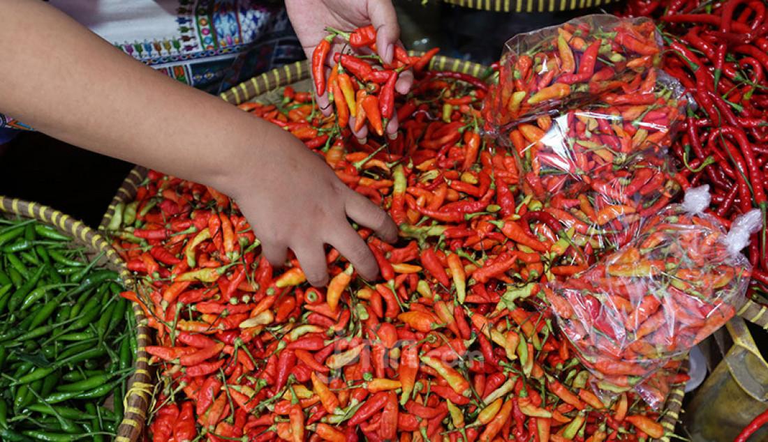 Pedagang cabai di Pasar Kebayoran Lama, Jakarta tengah menata dagangan mereka, Selasa (6/10). Para pedagang mengkhawatirkan pasar makin sepi jika pandemi Covid-19 tak kunjung berakhir. Foto: Ricardo - JPNN.com