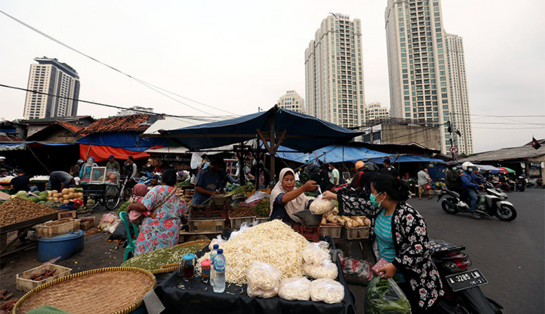 Para pedagang kaki lima di Pasar Kebayoran Lama, Jakarta, Selasa (6/10) tengah menata dagangan mereka sembali melayani pembeli. Para pedagang mengkhawatirkan pasar makin sepi jika pandemi Covid-19 tak kunjung berakhir. Foto: Ricardo - JPNN.com