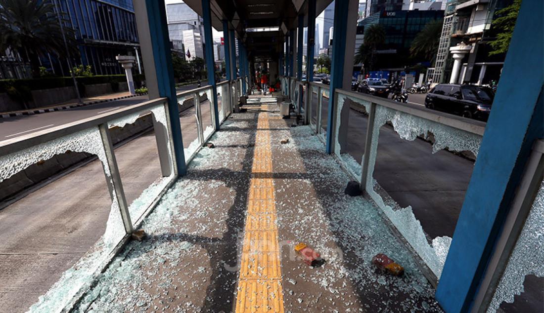 Pecahan kaca tersebar di Halte Bus Trans-Jakarta Tosari pasca-rusuh unjuk rasa di Jalan MH. Thamrin, Jakarta, Kamis (8/10) yang menolak pengesahan Omnibus Law Cipta Kerja. Foto: Ricardo - JPNN.com