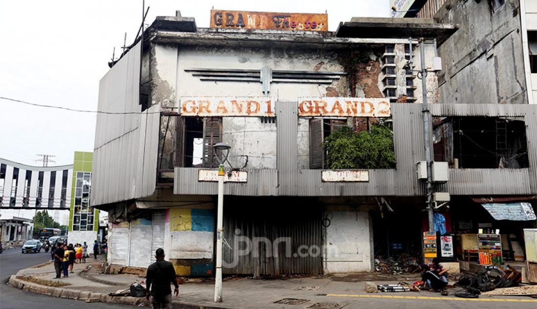 Gedung bioskop Grand Theater di Pasar Senen, Jakarta Pusat yang hangus terbakar saat aksi unjuk rasa menolak Omnibus Law Cipta Kerja, Jumat (9/10) berakhir rusuh. Foto: Ricardo - JPNN.com