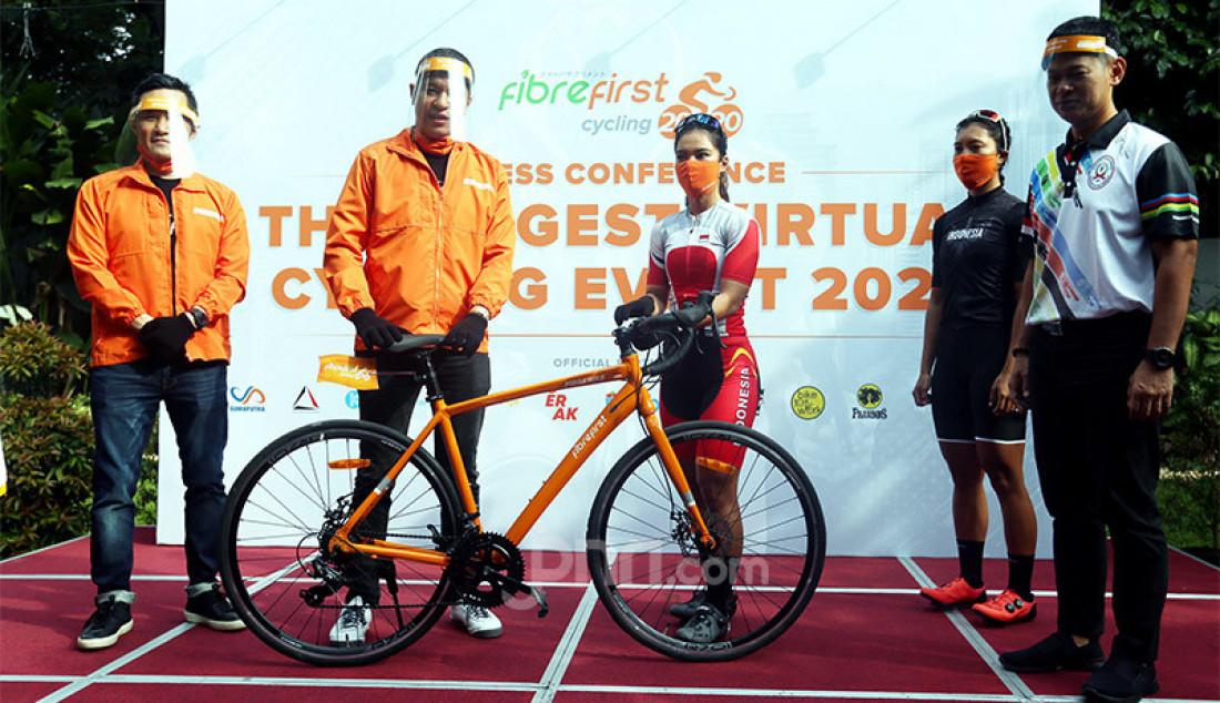 CEO FibreFirst Benny Winata (paling kiri) bersama Direktur FibreFirst Jozef Thenu, atlet sepeda Ayustina Delia Putri dan Chrismonita, serta Ketua Umum ICF Raja Sapta Oktohari (paling kanan) berfoto bersama usai konferensi pers Flag Off Ceremony FibreFirst Cycling 2020 di Bintaro, Tangsel, Banten, Minggu (11/10). Kegiatan virtual cycling selama 21 hari ini bertujuan mengumpulkan kilometer, yang nantinya akan dikonversi menjadi donasi untuk disalurkan kepada keluarga korban COVID-19. Foto: Ricardo - JPNN.com