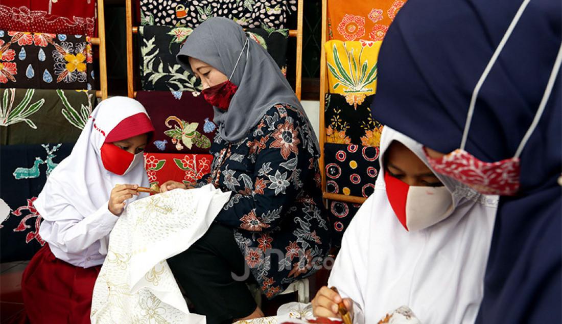Sejumlah siswi SD belajar membatik di Kampung Batik Cibuluh, Kota Bogor, Jawa Barat, Senin (12/10). Selain untuk mengisi waktu di masa Pandemi Covid-19, belajar membatik juga sebagai cara mengenalkan dan melestarikan budaya serta batik tulis khas Bogor kepada generasi muda. Foto: Ricardo - JPNN.com