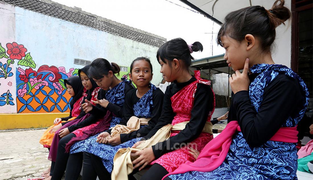 Sejumlah remaja Neglasari, Kota Bogor saat akan berlatih menari di Kampung Batik Cibuluh, Kota Bogor, Jawa Barat, Senin (12/10). Selain untuk mengisi waktu di masa Pandemi Covid-19, belajar menari juga sebagai cara melestarikan budaya Nusantara. Foto: Ricardo - JPNN.com